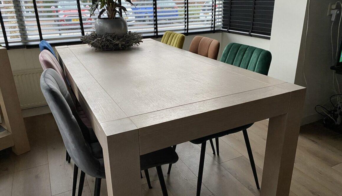 Een tafel met 6 eetkamerstoelen